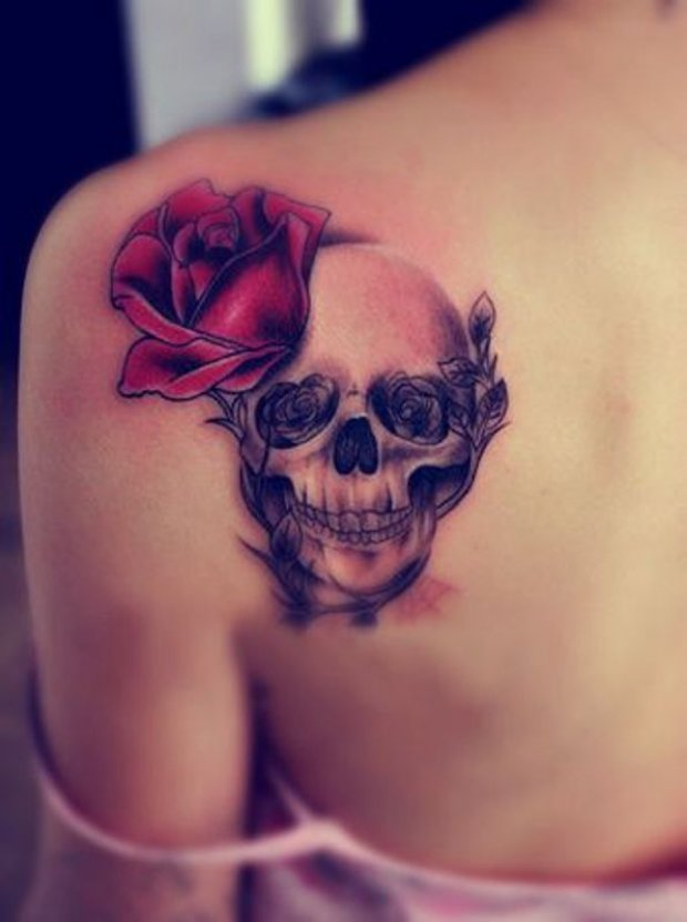 Skull tattoo decoated with red and black roses